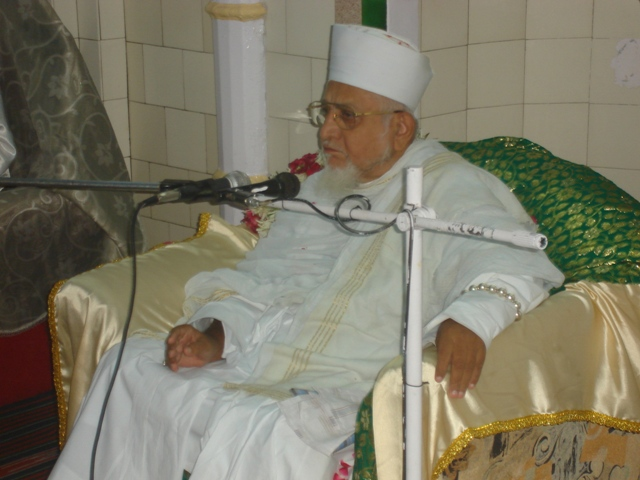 Huzoor-e-'Aali Saiyedna saheb (tus) doing naseehat to mumineen at Fakhri Masjid